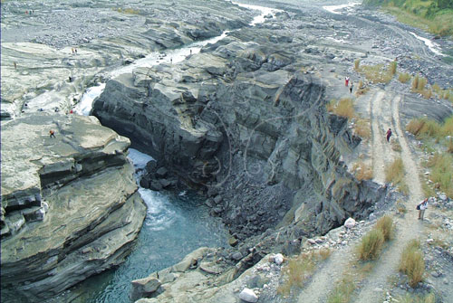 疏鬆泥質砂岩或頁岩地層不耐流水沖擊,於S型河道轉彎攻擊坡處,形成高三、四十公尺之曲流河谷。
