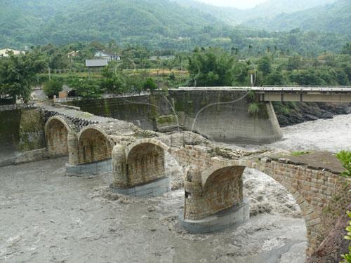 2004年敏督利颱風豪雨溪水暴漲糯米橋橋面重創