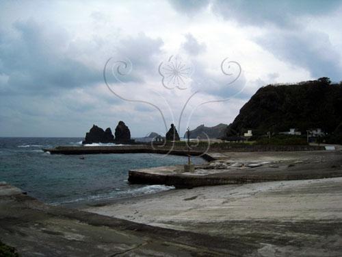 綠島公館港外港。它的東側就是綠島海岸地標之一的將軍岩。