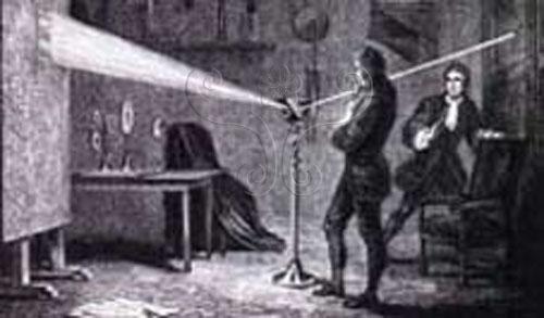 1666年,牛頓發現陽光經過透鏡會產生色散,牛頓稱之為「譜線」(Spectrum)(取材自The Search for Infinity,Mitchell Beazley出版)。