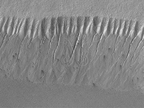 火星全球測量者號所拍攝的畫面, 其中可見許多侵蝕而成的渠道。