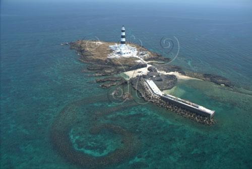 目斗嶼南岸燈塔、漁港和深水石滬。