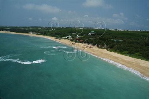 澎湖林投中山林沙灘海岸,綿長潔白的沙灘、蔚藍的天際、沁涼的海水為典型的南國形象。