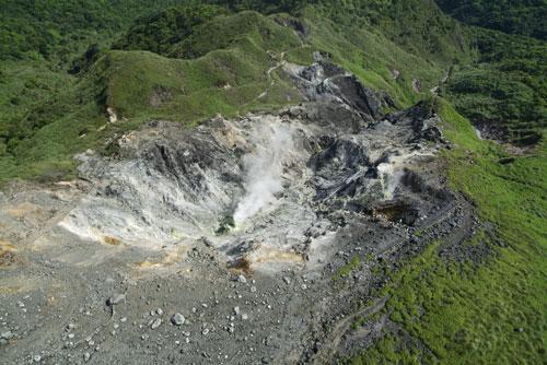 大油坑外觀如炸彈坑窪地,為典型的爆裂火山口。