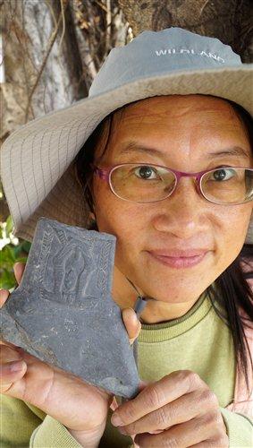 採集者蔡文能女士與手中的石雕板