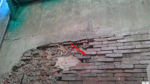 位於嘉義縣新港鄉新民路上,1906年梅山地震所保留下來的清朝磚造牆壁(箭頭處)。