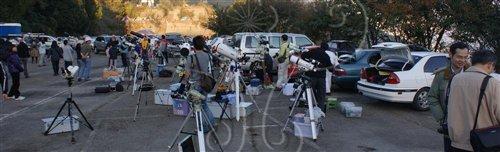 星空饗宴在合歡梅峰舉辦,大家把望遠鏡架起來準備觀測,一路排開極為壯觀