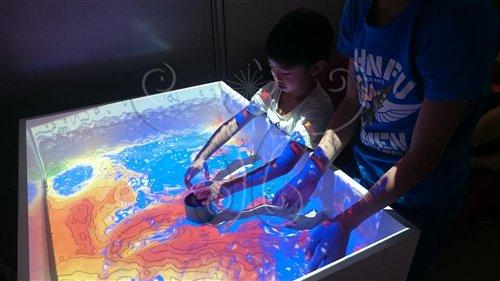 小朋友動手進行擴增實境砂箱實驗