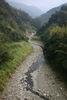 山區的河流在山腳之間彎曲而 行,稱為谷曲流