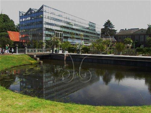 現代鋼構玻璃帷幕所建構的冬園和其前方的克盧修斯花園