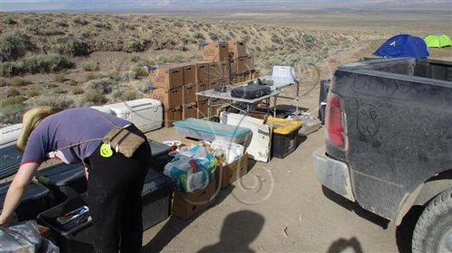 圖中多個紙箱是在內華達州生活的必要物資-水