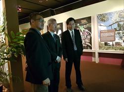 策展人楊宗愈博士(左一)導覽。國立自然科學博物館孫維新館長(右一)及亞東太平洋司于德勝大使(中間