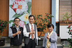 合影 (左起楊宗愈研究員、孫維新館長、茶花達人)