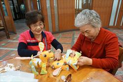 樂齡者參與科博館做提燈過元宵活動